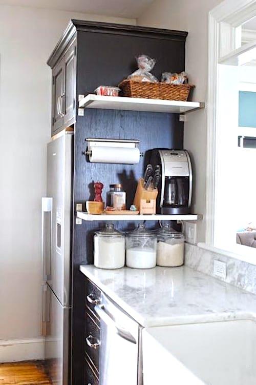 Utilisez les murs et les espaces verticaux pour ranger vos affaires dans la cuisine.
