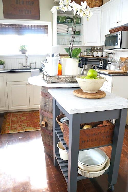 Utilisez un îlot central amovible pour gagner de la place dans votre cuisine.