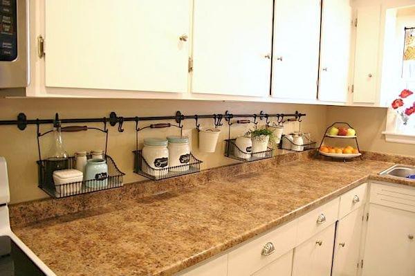 Accrochez une barre et des crochets au-dessus de la crédence pour gagner de la place dans votre cuisine.
