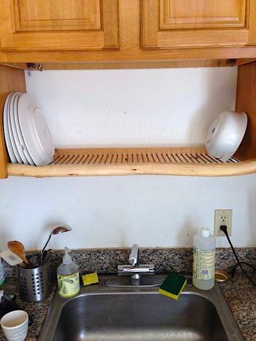 Installez un égouttoir au-dessus de votre évier pour gagner de la place dans votre cuisine.