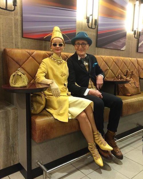 Couple allemand assis et habillé classe