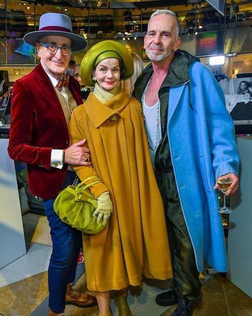 Couple allemand accompagné d'un homme au manteau bleu
