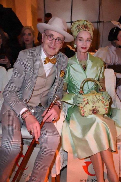 Couple allemand assis et habillé chic