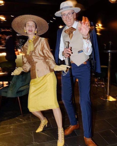 Couple allemand dansant dans une fête