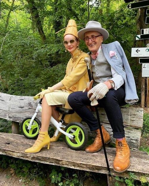 Couple allemand en balade dans une forêt