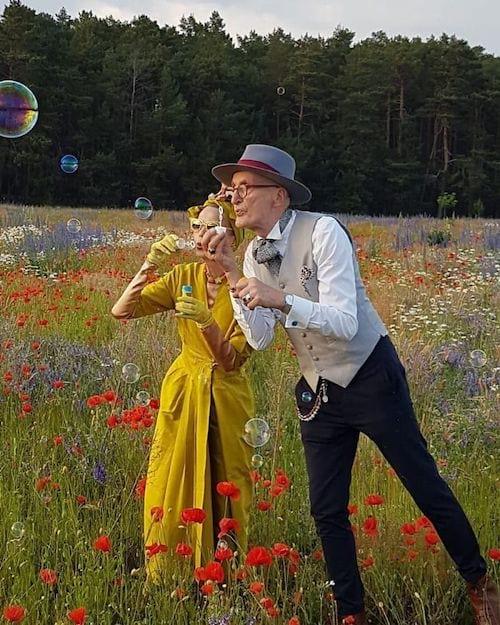 Couple allemand faisant des bulles dans la nature