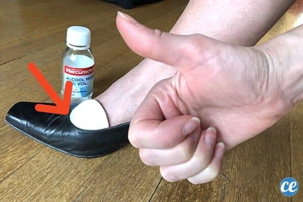 chaussure en cuir trop serrée avec coton d'alcool à 70 pour éviter les ampoules