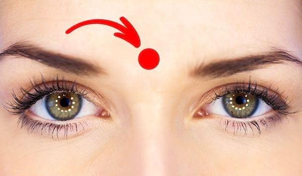 point de massage entre les sourcils pour déboucher le nez