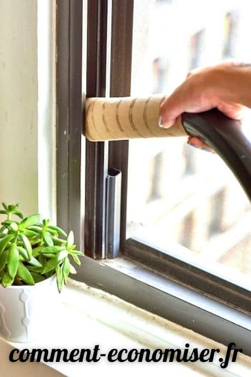 Utilisez un rouleau de papier toilette pour passer l'aspirateur dans les endroits difficiles à atteindre.