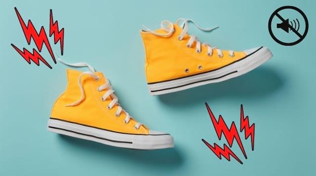 Des chaussures jaunes qui couinent en marchant