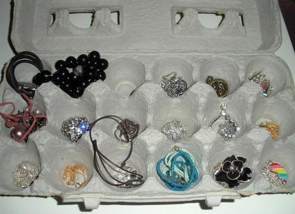 Une boite d'oeufs vide pour ranger les bijoux