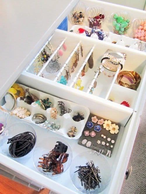 Bijoux organisés dans un tiroir