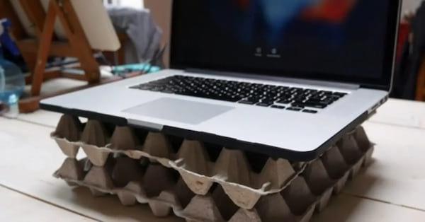 Deux boîtes d'oeufs en support pour un ordinateur portable