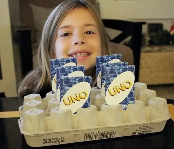 Un support pour les cartes de Uno fait avec des boites d'oeufs