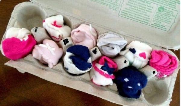 Chaussettes pour bébé dans une boîte d'oeuf