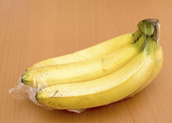 Bananes avec un emballage plastique