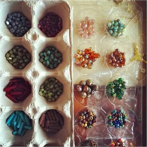 Une boite d'oeufs pour ranger les perles par couleur et par forme