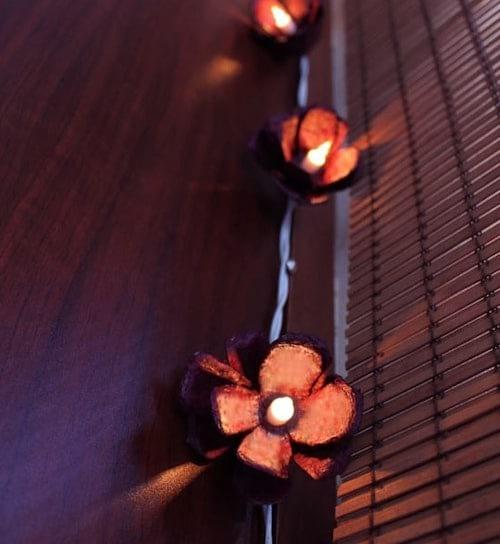 Une guirlande électrique faite avec des boites d'oeufs