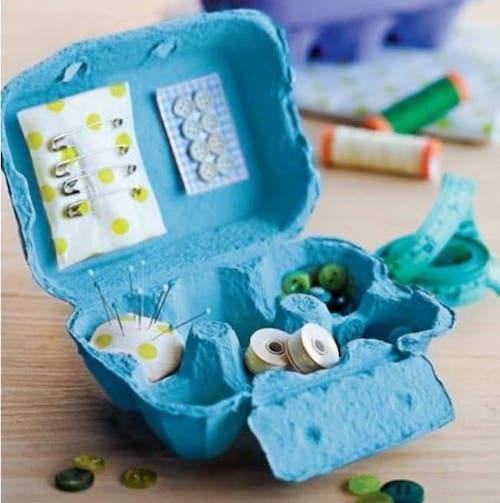 Matériel de couture dans une boîte d'oeuf bleue
