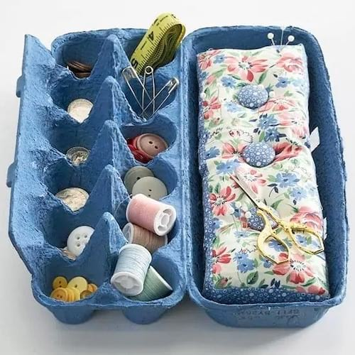 Une boite d'oeufs vide qui sert à ranger le matériel de couture