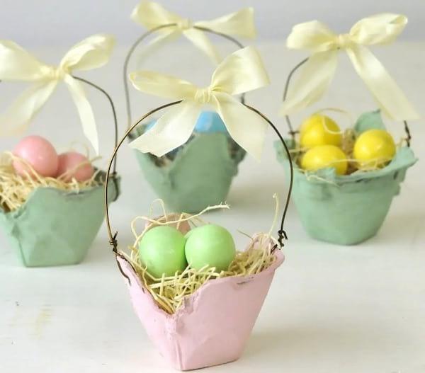 des petits paniers fait dans des boites d'oeufs pour transporter des oeufs de Pâques