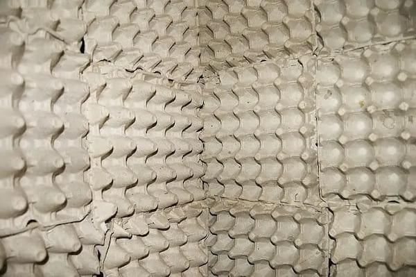 Une pièce insonorisée faite avec des boites d'oeufs