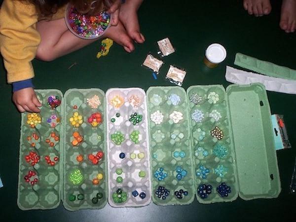 Une boite d'oeuf pour ranger les perles par couleur