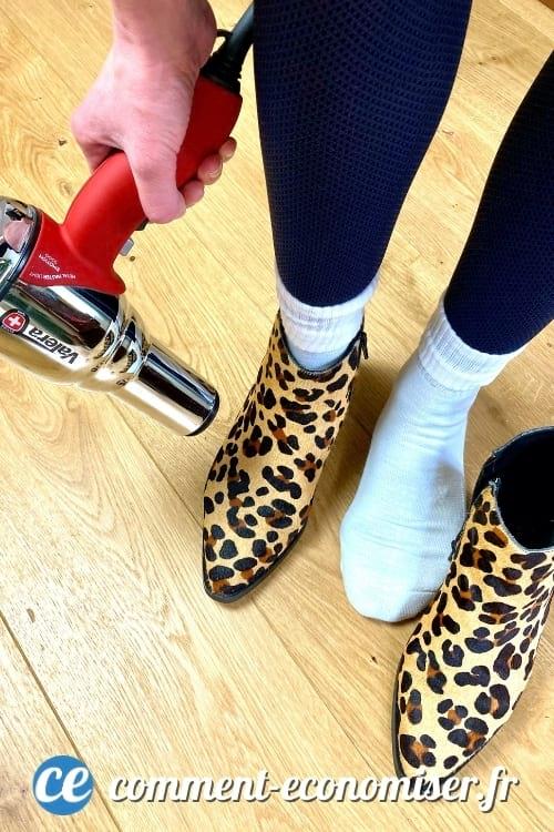 Vous pouvez agrandir vos chaussures avec un sèche-cheveux et une paire de chaussettes bien épaisses.