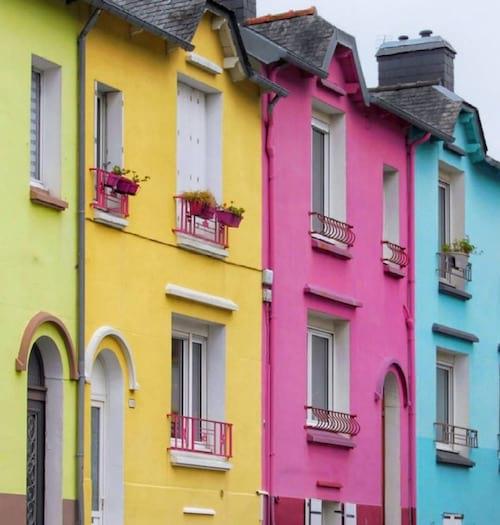 Des maisons de toutes les couleurs dans les rues de brest ville pas cher en loyer