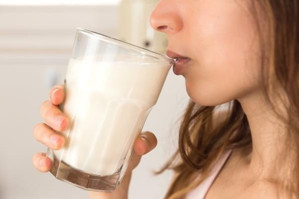 femme qui boit un verre de lait