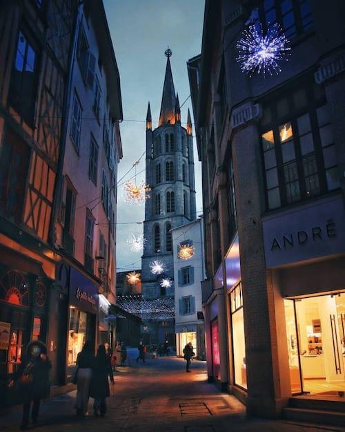 Une rue de limoges le soir avec une belle église dans le fond
