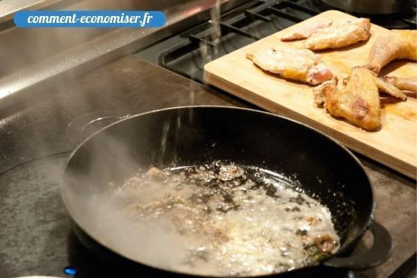Le déglaçage d'une poêle avec un liquide pour apporter plus de saveurs à la sauce.