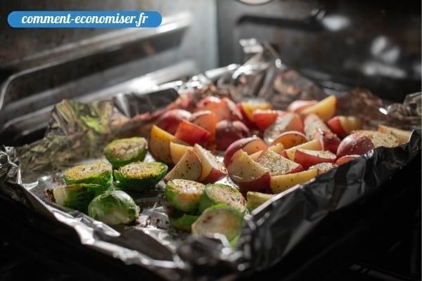 Une plaque avec des légumes cuits au four.