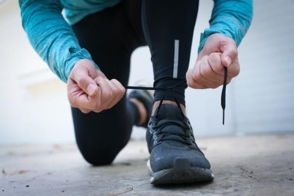 Pratiquer une activité sportive régulière aide à prévenir les récidives de l'herpès labial.