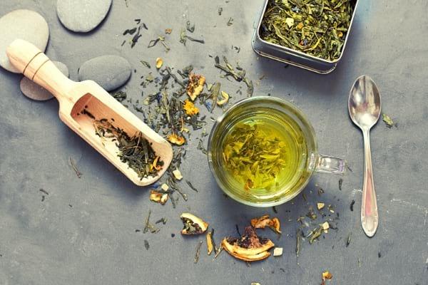 Une tasse de thé vert sur un plan de travail pour éliminer les cernes