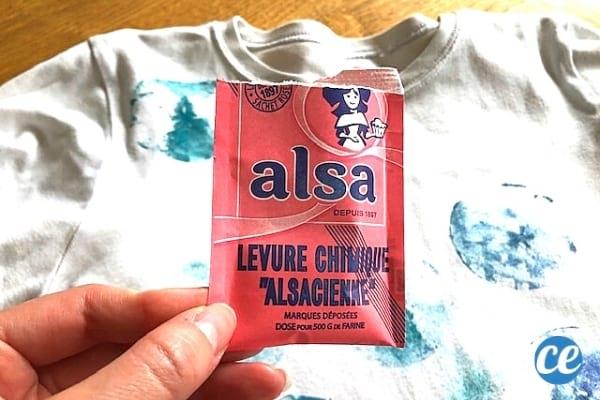 Un paquet de levure chimique Alsa rose pour détacher les vêtements
