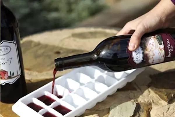 Dun vin versé dans un bac à glaçon pour faire de future sauce