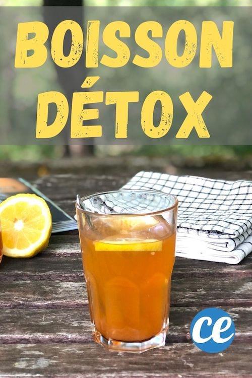 Un verre de boisson détox au vinaigre de cidre avec du citron sur une table en bois avec un pile de torchons