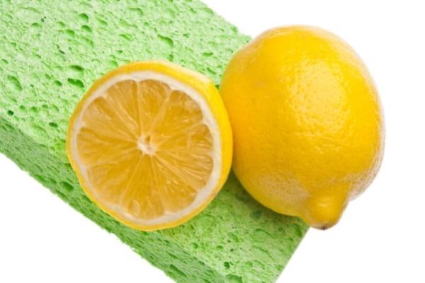 Un citron coupé en 2 sur une éponge pour nettoyer tache sur parois de douche