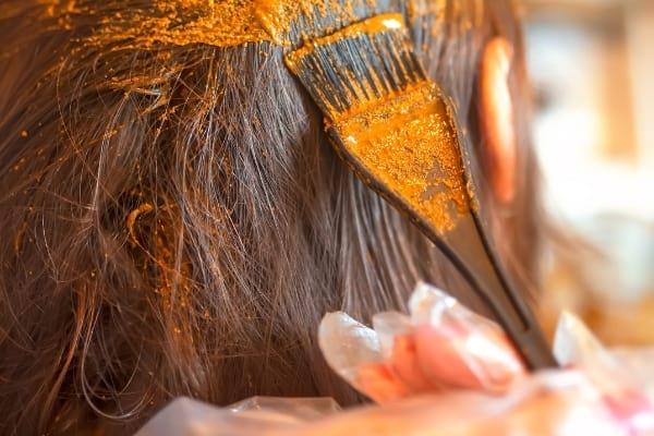 du henné mis sur les cheveux pour colorer
