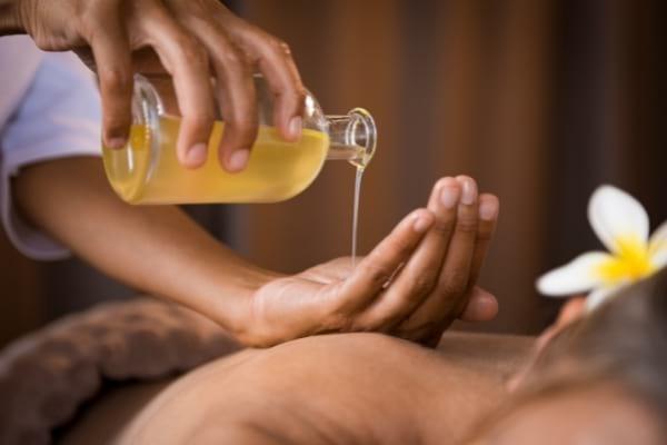 De l'huile essentielle servant à faire un massage
