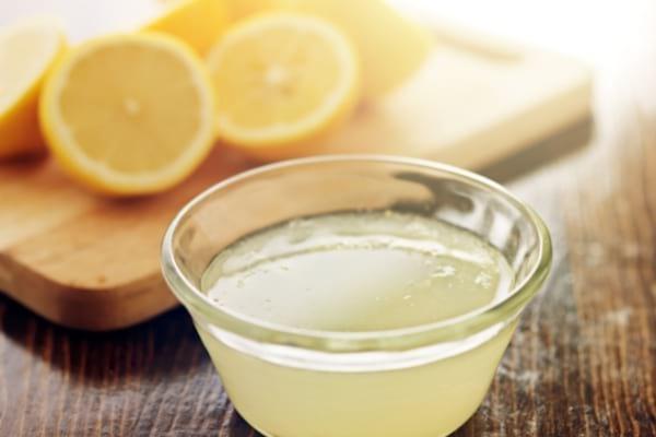 Du jus de citron dans une coupelle pour soin beauté