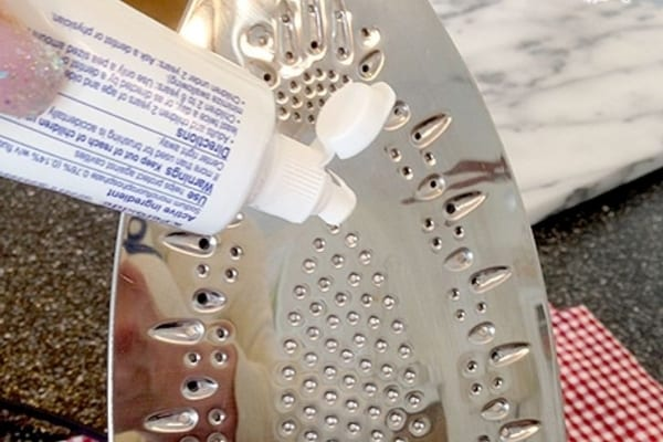 Décrasser la semelle du fer à repasser avec du dentifrice