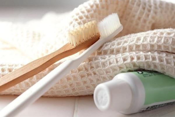 Éliminer les taches incrustées sur du tissu avec des brosses à dents