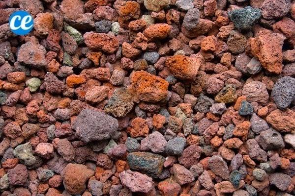 La pouzzolane, aussi appelée pierre de lave, est un excellent paillis pour le jardin.