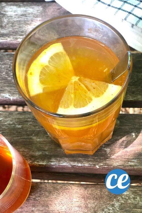 Un verre de boisson détox fait maison avec du citron