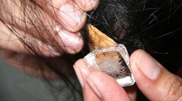 Un glaçon sur des cheveux pour décoller un chewing gum