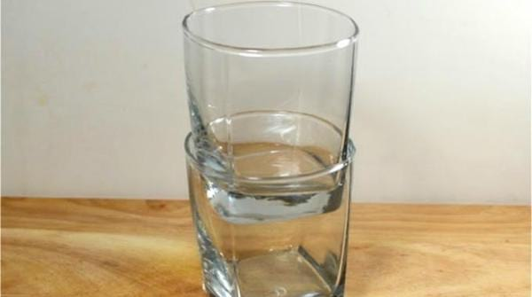 2 verres coincés entre eux à retirer avec des glaçons