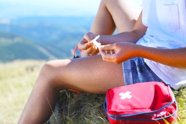 Astuce camping : une trousse de secours en cas de blessure.