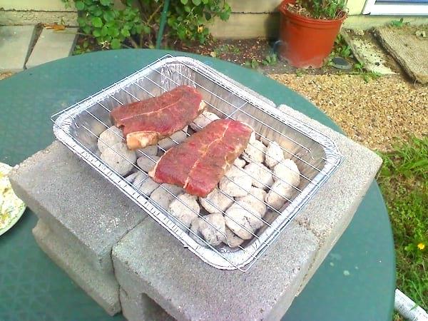 Astuce camping : une barquette en aluminium pour faire un BBQ DIY.